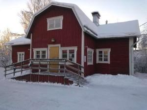 Tätilän päärakennus talvella.